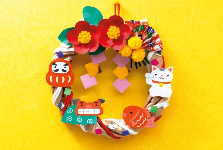 クラフト紙を輪にして「椿の花の輪飾り」