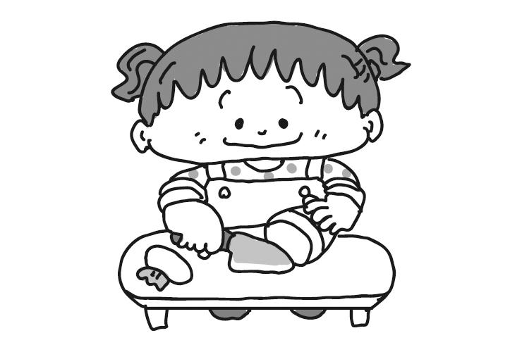 おままごとをする2月の乳児